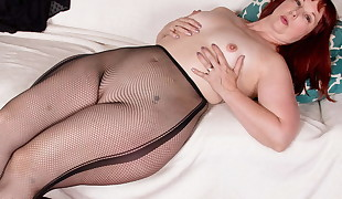 USA milf Scarlett shows us her nyloned wide thighs and more